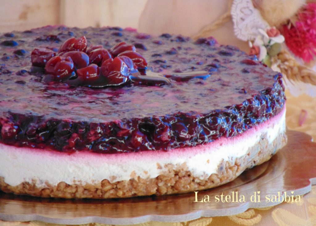 Cheesecake con base ai cereali e frutti di bosco